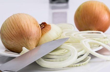 Le jus d'oignon pour des cheveux volumineux et sains