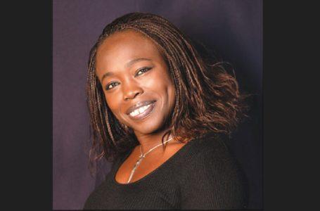 """""""Garder le sourire c'est s'accorder le droit au bonheur"""" : Fatou Diome"""