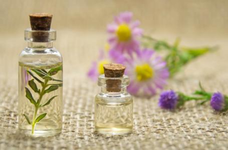 Quatre (04) huiles végétales stimulant la pousse des cheveux